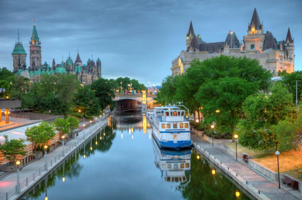 Khám phá vẻ đẹp tựa cổ tích của phố cổ Québec Canada - vnsava.com