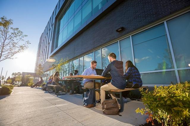 Tư vấn du học Canada Trường đại học Ontario Tech – Ngôi trường cung cấp máy tính đầu tiên tại Ontario cho sinh viên